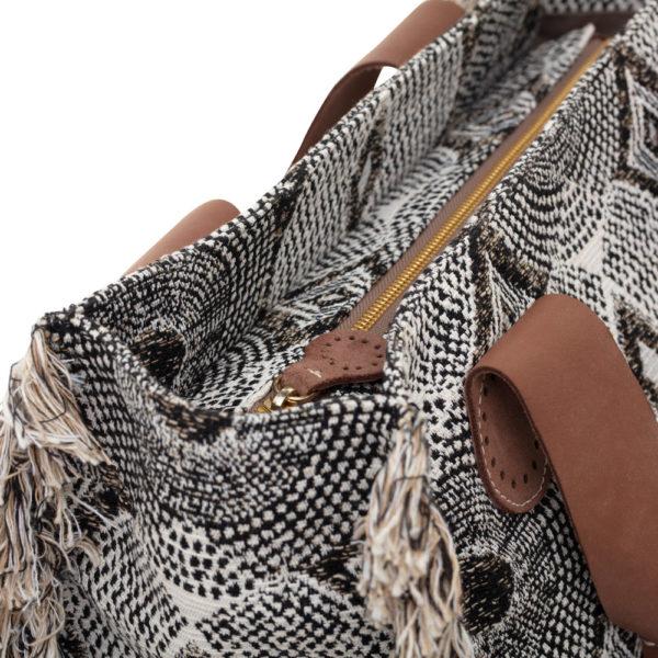 De Belle tote bag van April&October is handgemaakt met een rits.