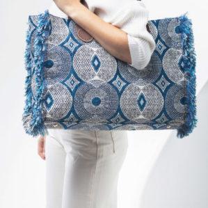 Je kunt ook de Belle Large in Blue Circle over je schouder dragen.