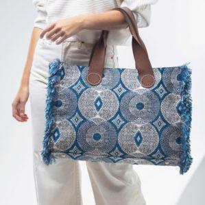 De ultieme tote bag kan je ook aan je arm dragen, zoals deze Belle Large in Blue Circle.