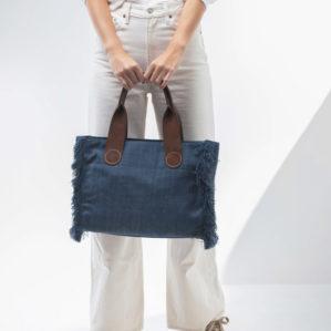 De Aprilandoctober tote bag in Blue Jeans uni kan ook mooi voor je vast gehouden worden.