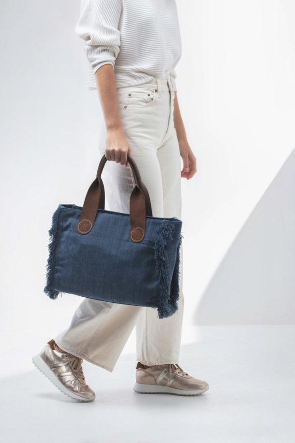 Of wandel gewoon weg met je Large A&O Belle tote in Blue Jeans