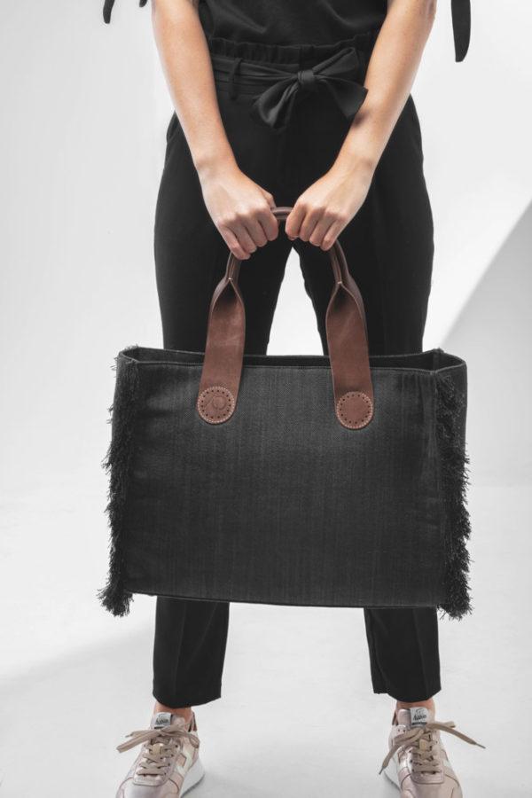 Ook kan je de Belle Large in Black Jeans voor je houden als een stoere tote bag.