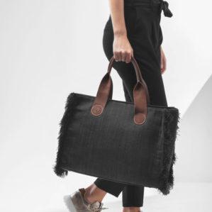 Je kunt de A&O totebag ook aan je hand dragen zoals deze Belle Large in Black jeans.