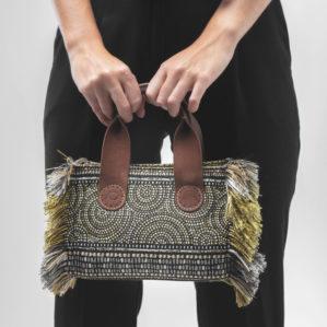 Zie hier de A&O Belle mini in Oro Circle Black vol van voren, als ultieme tote bag met franjes.