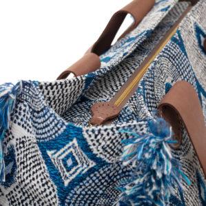 De stijlvolle tote bag van AprilandOctoberbags in Large in Blue Circle is prachtig afgewerkt.
