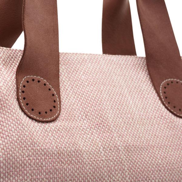 Let vooral op de prachtige en stijlvolle afwerking van deze Belle tote bag in Soft pink.