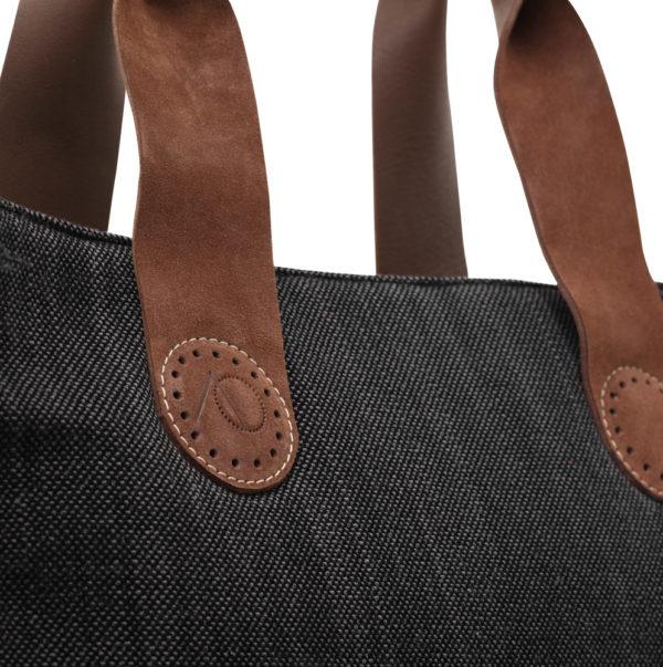 Wie oog voor detail heeft, ziet het prachtige logo van AprilandOcotberbags terug in de unieke gedraaide leren handvatten.