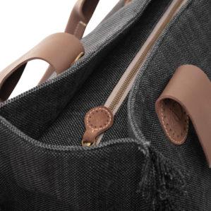 In een close-up is de April&October Belle Large in Black Jeans zeer kwalitatief afgewerkt. Let op de details.