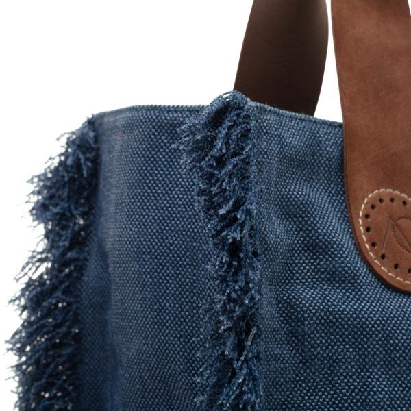 De eigenwijze franjes van de Belle Large in Blue jeans is zeer stijlvol.