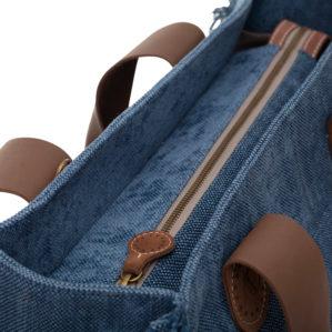 De Belle Large in Blue uni jeans is een tote bag met rits en met franjes.