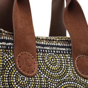 We zien het handgemaakte logo in het leren handvat van de April&October Belle bag.