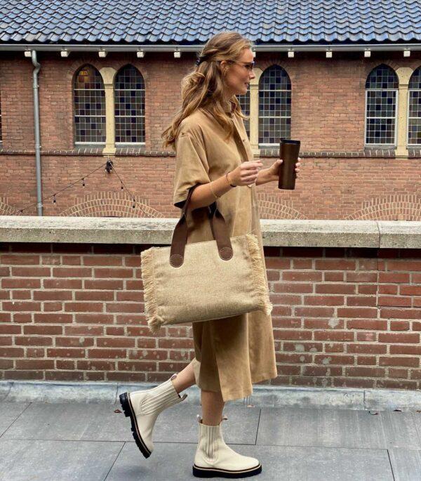 De A&O Belle Midi in Camel met coffee.