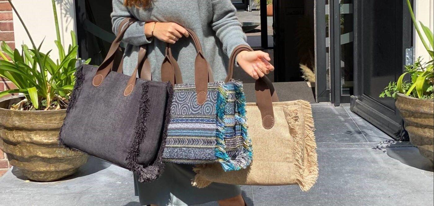 We zien drie tote bags van April&October.